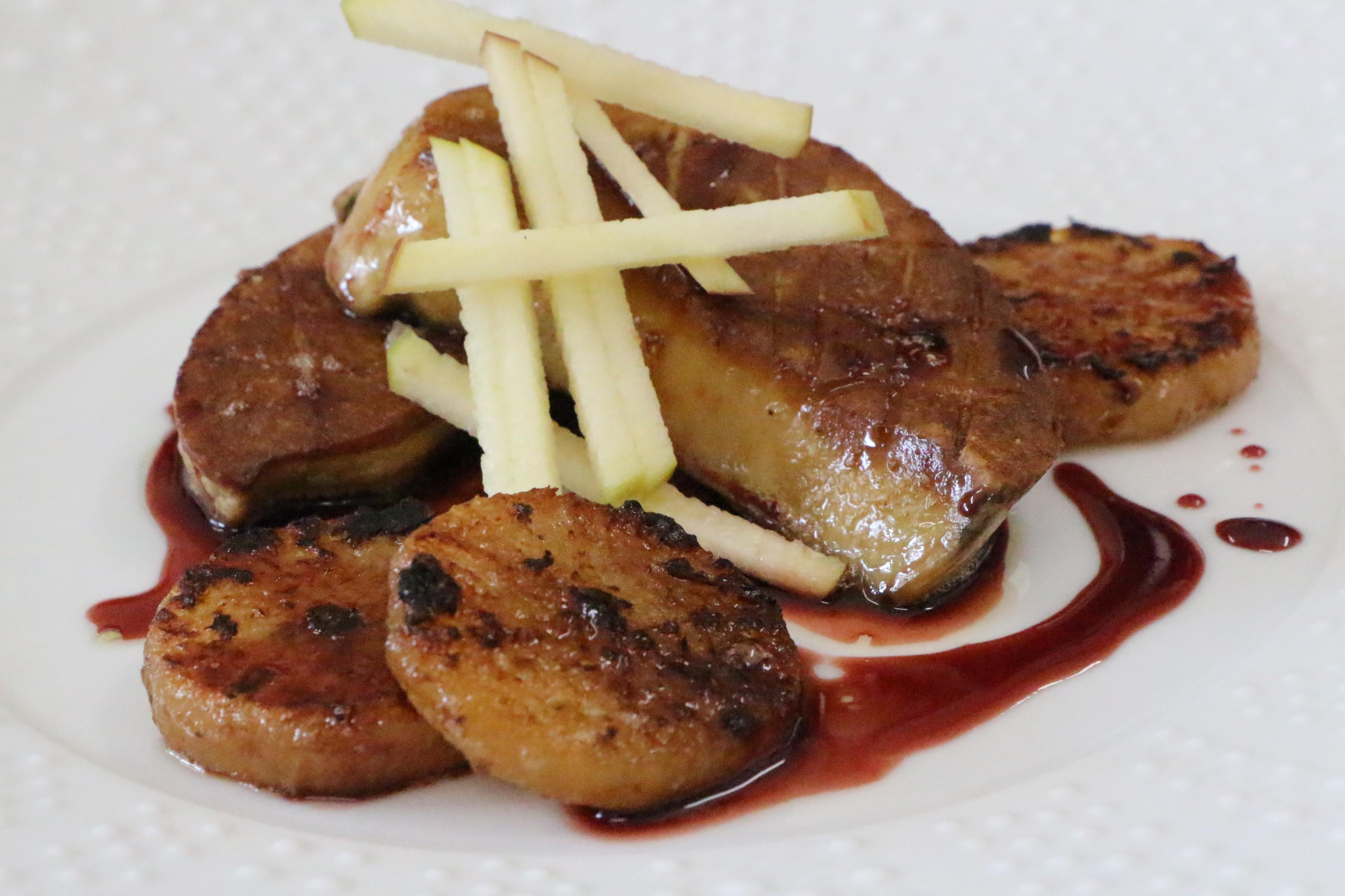 Escalope de foie gras de canard au poivre de Sichuan, navet confit. Le Carillon 59740 LIESSIES